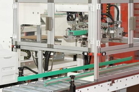 cinta transportadora: Máquina de tapa para cajas de embalaje