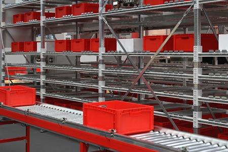 cinta transportadora: Cajas rojas en rodillos transportadores en almacén de distribución Foto de archivo