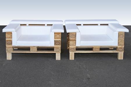 Holzpaletten Upcycled recycelt und in zwei Sesseln umfunktioniert