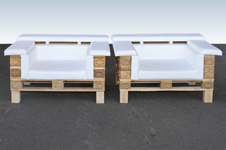 Pallet di legno upcycled riciclati e riutilizzati in due poltrone