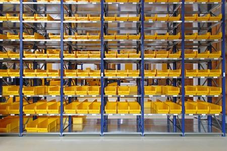Vassoi di stoccaggio e bidoni in magazzino di distribuzione