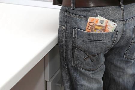 detras de: Moneda del euro en el bolsillo trasero de mezclilla
