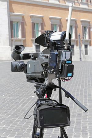 journal t�l�vis�: Appareil photo de nouvelles de TV avec lien de micro-ondes portable Banque d'images
