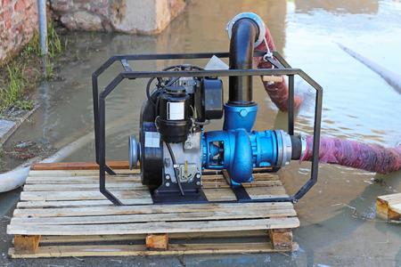 bomba de agua: Diesel bomba de agua en las inundaciones de desastres Foto de archivo