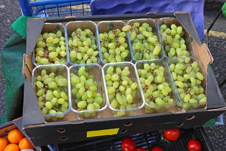 wei�e trauben: Wei�e Trauben in Kunststoffschalen an Landwirte Markt