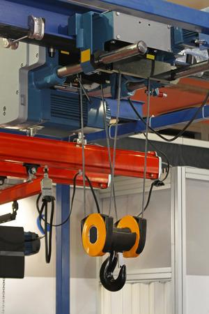 hijsen: Overhead kraan en takel-apparaat gemonteerd op een trolley op balk Stockfoto