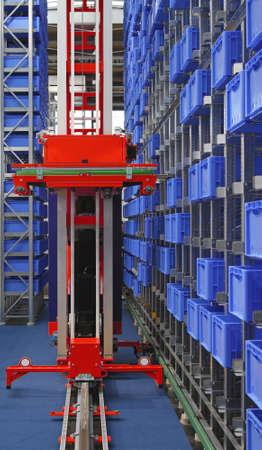 Magazzino di stoccaggio automatico con casse di plastica blu