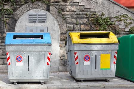 separacion de basura: Contenedores de reciclaje separados para la recolección de basura municipal