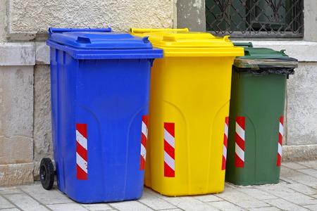 botes de basura: El reciclaje y clasificaci�n de los botes de basura de pl�stico Foto de archivo