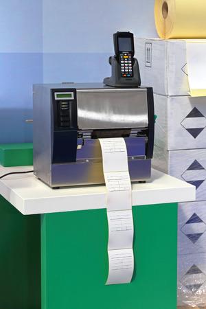 codigos de barra: Impresora de c�digo de barras y el esc�ner en almac�n de distribuci�n
