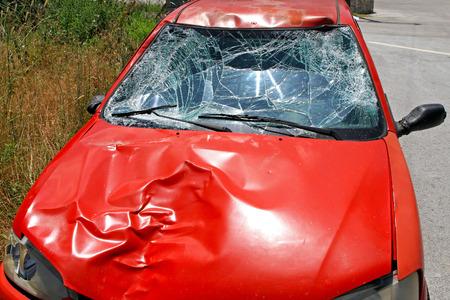 accidente transito: Parabrisas roto en coche rojo en un accidente de tr�fico Foto de archivo