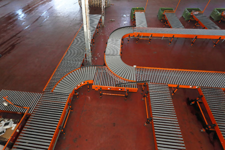 conveyer: Sorting system with conveyer belt in distribution warehouse