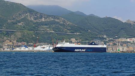 neptuno: SALERNO, ITALIA - 28 DE JUNIO: l�neas de Neptuno en Salerno el 28 de junio de 2014. Neptuno Thelisis portador de coche gran barco RoRo salir del puerto de Salerno, Italia.