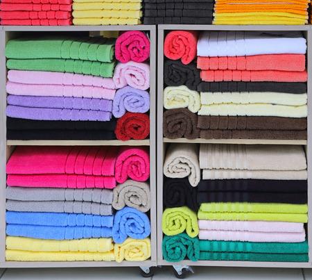 toallas: toallas de playa de colores en estantería