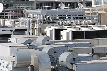 Ventilation de chauffage et de climatisation au bâtiment toit Banque d'images
