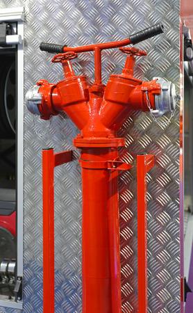 coche de bomberos: Agua Boca de tubo con v�lvulas en el coche de bomberos Foto de archivo