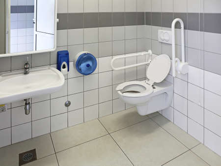 discapacitados: WC adaptado para personas con discapacidad física