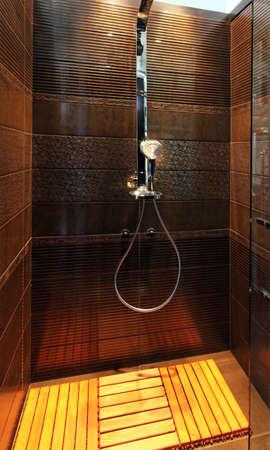 cabine de douche: Tuiles brunes dans la cabine de douche avec tampon de bois