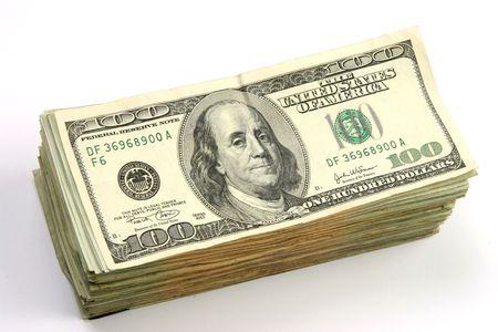 dinero falso: Pila de cientos de d�lares de los proyectos de ley sobre fondo blanco.  Foto de archivo