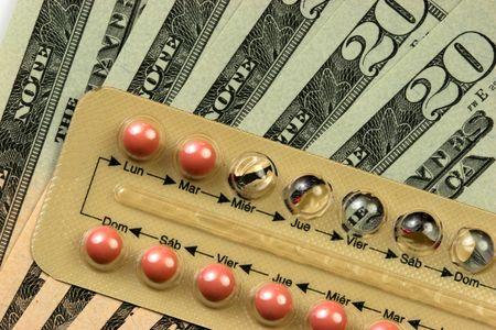 vals geld: Contraceptiva over geld. De pillen container in het Spaans.