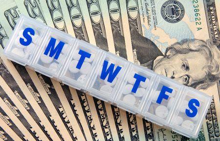 dinero falso: Envase de la medicina sobre un apilado de cuentas. Foto de archivo