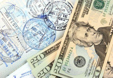 dinero falso: Dinero y un pasaporte sellado m�ltiples.