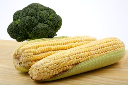 comestible: Vegetables, corn and broccoli on a table made of wood. Stock Photo