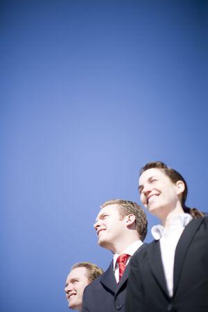 生産性: 3 幸せなビジネス人のスーツを着た同じ方向で探しています