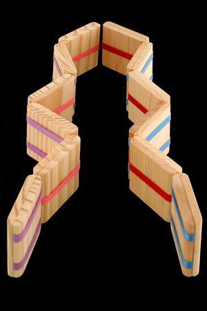 comprised: La scaletta del Jacob - zigzag - del classico un giocattolo piega di legno coloniale presto, anche a volte chiamato ridurre in pani magici a causa delle fatture sparenti o penny, formati da lanciare ostruisce che generano unillusione ottica che sembra procedere in sequenza e cadere infinito.