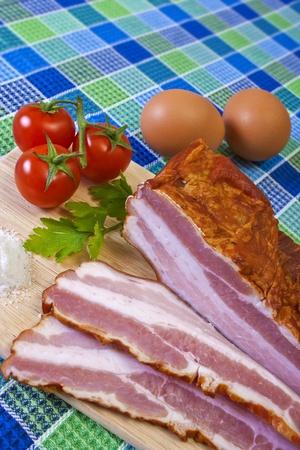 Reggeli - vágott bacon, koktél paradicsom és tojás, az Table