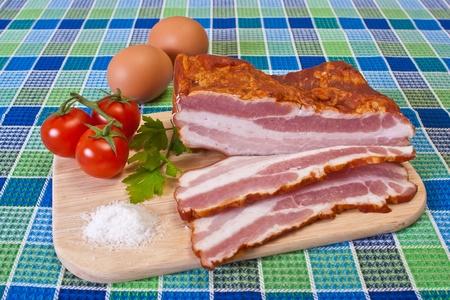 Reggeli - vágott szalonna, koktélparadicsommal és tojásokat a táblázat