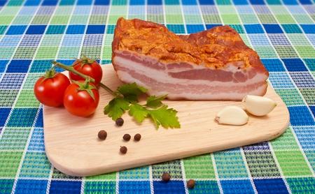 Bacon koktélparadicsommal, petrezselyem, bors és fokhagyma a vágódeszka