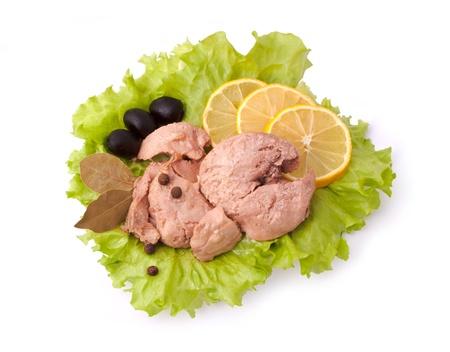 Kompozíció konzerv Cod Liver elszigetelt fehér alapon citrom, bors, Olajbogyó, Laurel és salátával