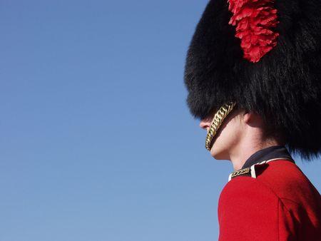 batallon: Un miembro de los 22dos soportes reales canadienses del regimiento guarda en las puertas a la Ciudadela en la vieja ciudad de Quebec, Quebec, Canad�. Foto de archivo