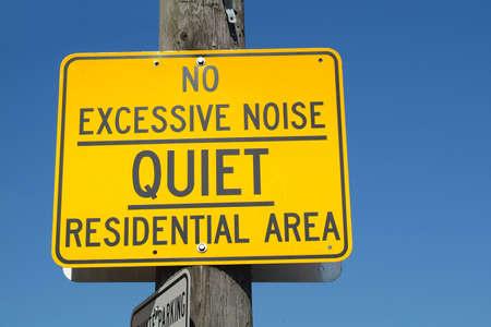admonester: Un signe dans la rue ce que l'on esp�re, un quartier r�sidentiel calme.