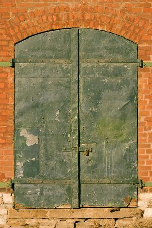 facade: Verde puertas en un viejo almac�n.