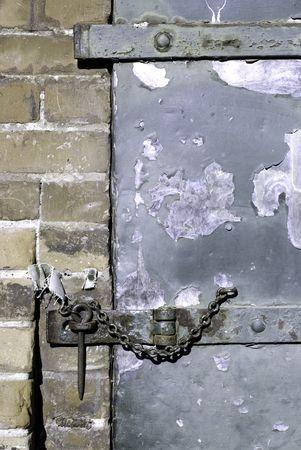 grapa: Un hasp y b�sicos en un viejo almac�n puerta.  Foto de archivo
