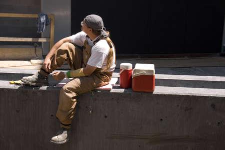 pause repas: Une construction en Am�rique du Nord travailleur prend une pause d�jeuner dans le soleil de midi.  Banque d'images