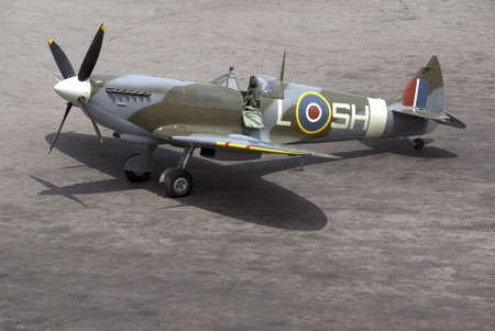 avion de chasse: Un avion de combat Spitfire britannique est pr�t pour l'action sur un terrain d'aviation tach�s d'huile.