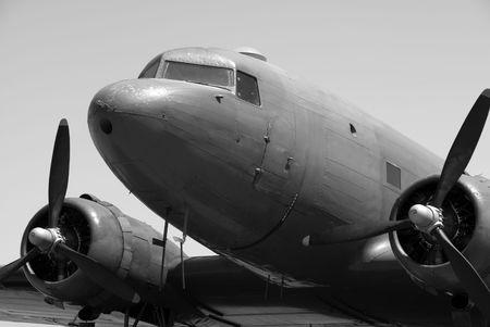 holgaz�n: Un Dakota (Douglas C-47) avi�n de transporte est� inactivo en el sol.  Foto de archivo