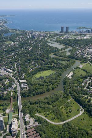 station m�tro: Le cours inf�rieur de la rivi�re Humber, Toronto, avec le lac Ontario, visible en arri�re-plan. Tir � la hauteur de la rue Bloor, � l'ouest de la station de m�tro Old Mill.