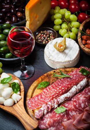 jamon y queso: Antipasto y catering plato con diferentes aperitivos Foto de archivo