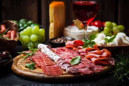 podnos: Antipasto a stravování talíř s různými předkrmy Reklamní fotografie