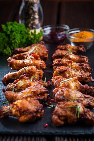 pollo rostizado: Alitas de pollo barbacoa con especias y salsas