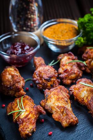alitas de pollo: Alitas de pollo barbacoa con especias y salsas