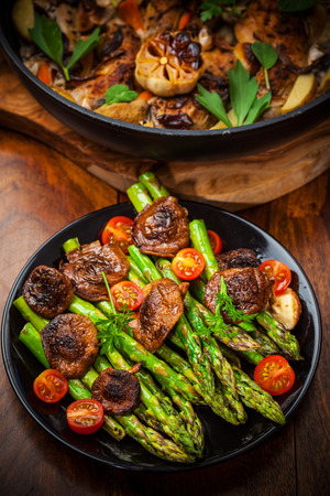 Green asparagus salad with roasted mushrooms and red wine