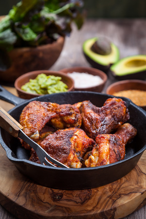 pollo a la brasa: Piernas de pollo a la parrilla y las alas con guacamole, ensalada Frish y especias
