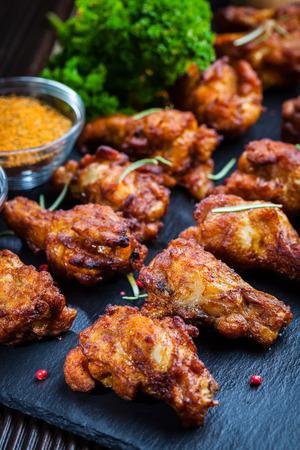pollo a la brasa: Alitas de pollo barbacoa picante con hierbas y salsas