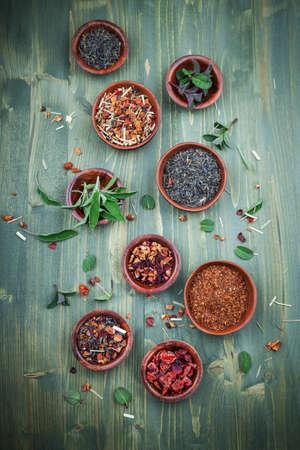 tique vie: Assortiment de thé sec dans des bols