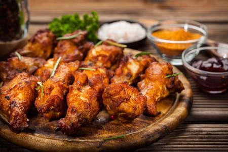 pollo a la brasa: alitas de pollo barbacoa con especias y salsas
